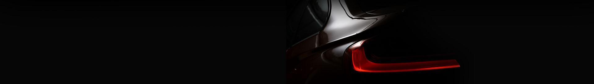 Tylna lampa samochodu w ciemności